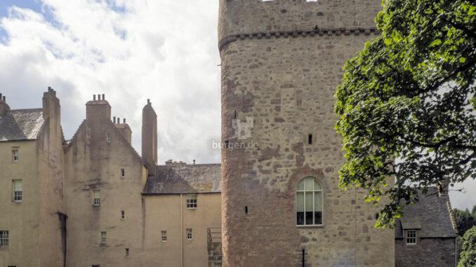 Drum-Castle_Wohnturm-im-Sonnenschein_c-Wolfgang-Claussen-auf-Pixabay_800