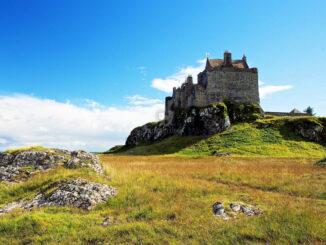 Stolze Burg hoch über der Bucht © Duart Castle