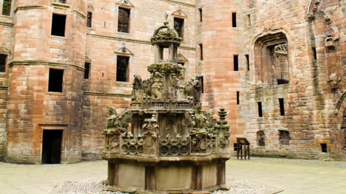 Linlithgow-Palace_Innenhof-mit-Brunnen_Photo-von-Helen-Martin-auf-Pixabay_800