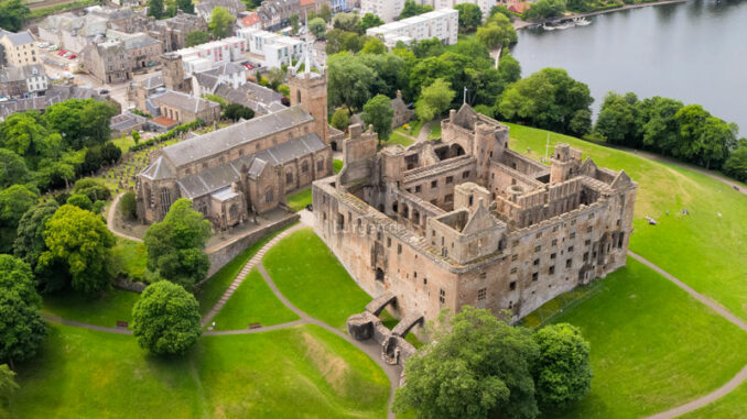 Linlithgow-Palace_Luftbild_Historic-Environment-Scotland_800