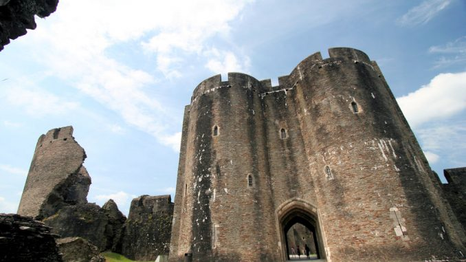 Caerphilly-Castle-Wales_0637_erstes-Torhaus