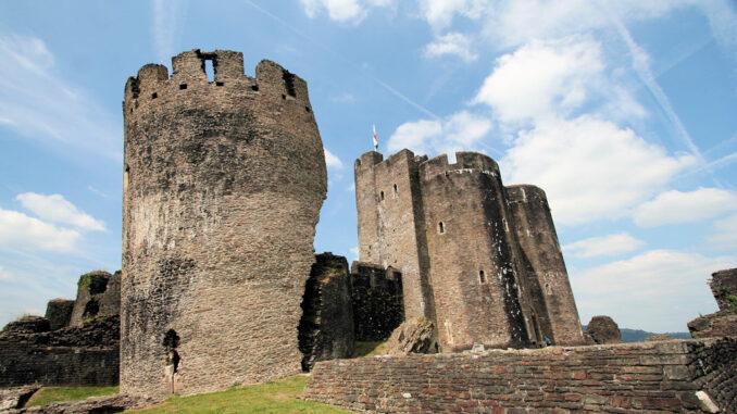 Caerphilly-Castle-Wales_0660_geborstener-Turm