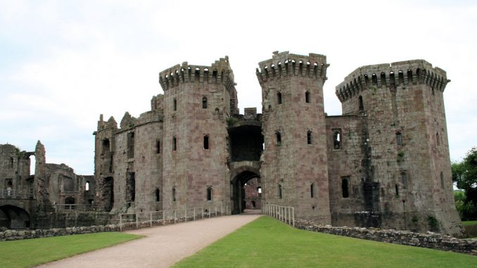 Raglan-Castle-Wales_0702_Haupttor