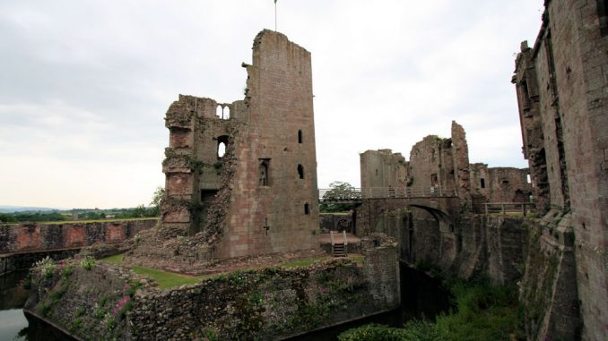 Raglan-Castle-Wales_0706_Turm-mit-Graben