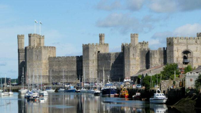 Caernarfon-Castle_Wales_Fluss-nah