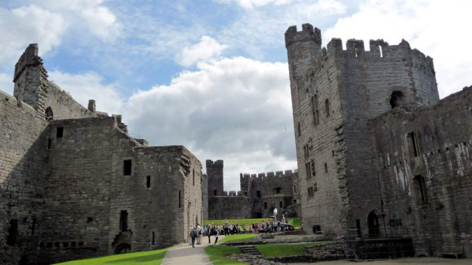 Caernarfon-Castle_Wales_Innenhof
