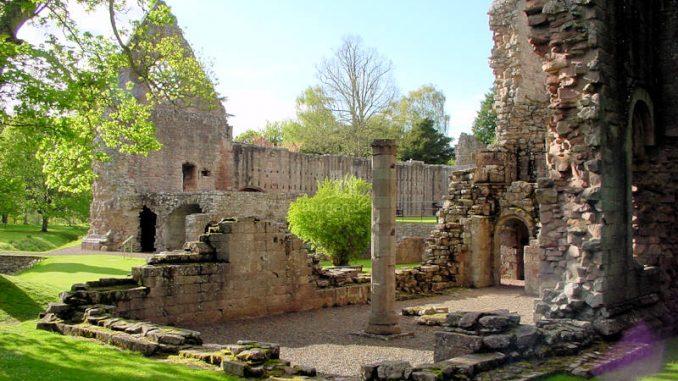 Dryburgh-Abbey_0122_Fragmente