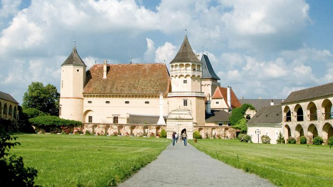Schloss-Rosenburg_Innenhof_Lichtstark-V5J3847