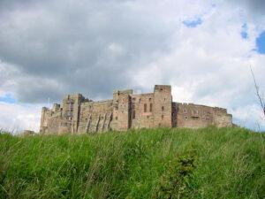 Bamburgh Castle, Northumberland (England) - trutzige Festung an der Küste