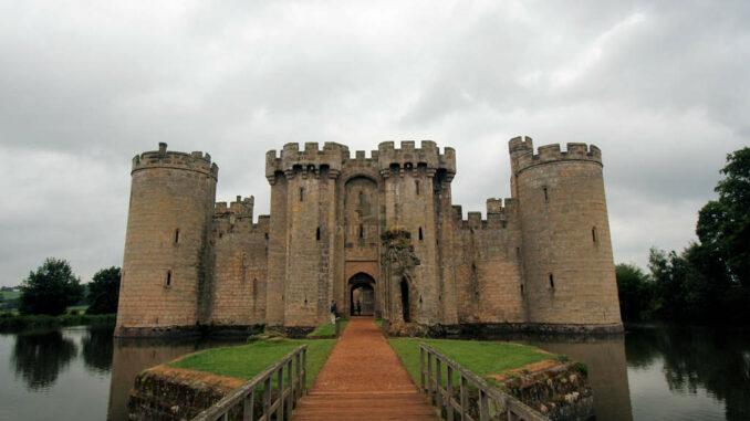Bodiam-Castle_0360_Frontal-am-Graben