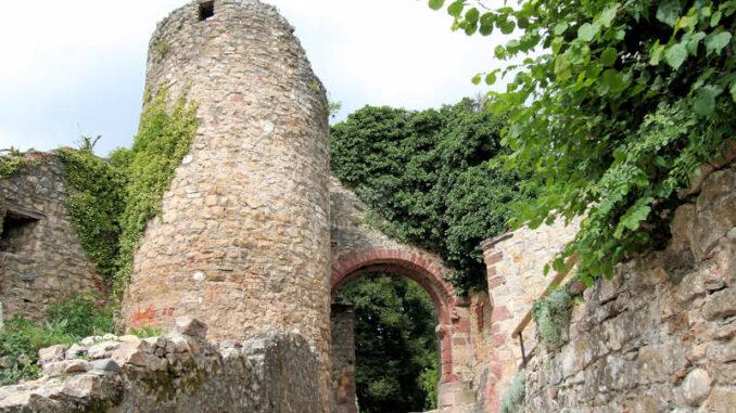 Burg-Roetteln_1580_Turm-mit-Tor