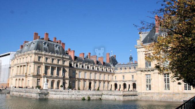 Chateau-de-Fontainebleau_9285_Nebenhof-am-Wasser