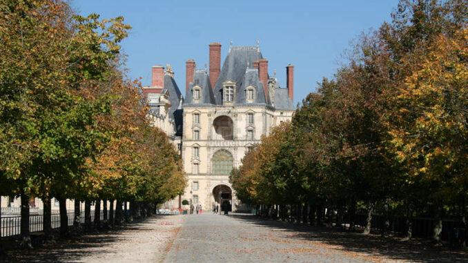 Chateau-de-Fontainebleau_9293_Auffahrt-mit-Herbstlaub