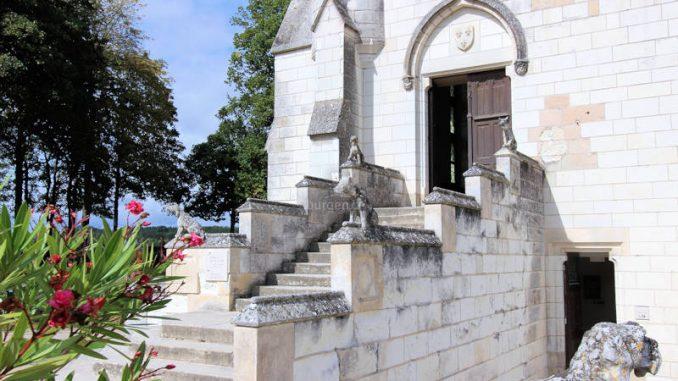 Chateau-de-Loches_5781_Hunde-am-Eingang