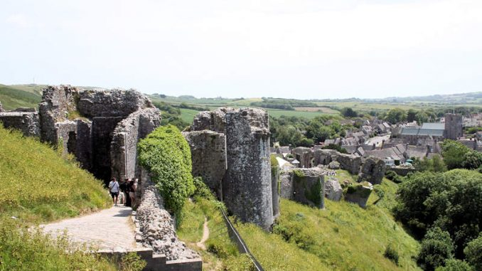 Corfe-Castle_1318_Blick-auf-die-Vorburg