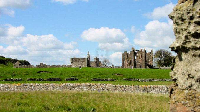 Lindisfarne_0029_Abbey-1