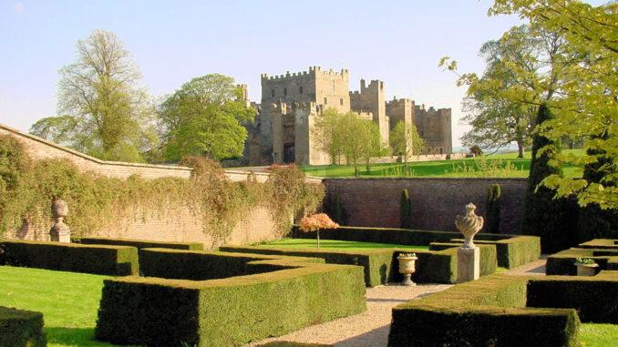Raby-Castle_0032_Hecken-im-Garten