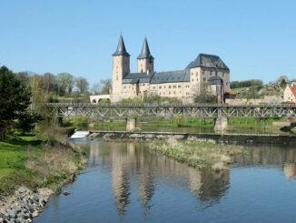 Schloss Rochlitz, Sachsen - Seitenansicht über den Fluss hinweg