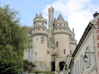 Château de Pierrefonds (Oise, Frankreich), Aufgang vom Ort