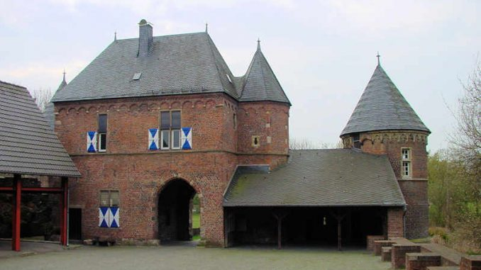 Burg-Vondern_Innenhof_0011