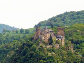 Die Schönburg hoch über der Stadt © falco800