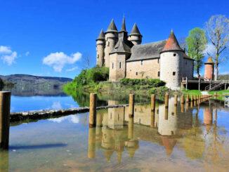 Chateau de Val (Auvergne-Rhône-Alpes) - Spiegelbild im Wasser - © Chateau de Val