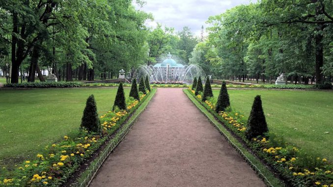 Schloss-Peterhof_im-Park_1403