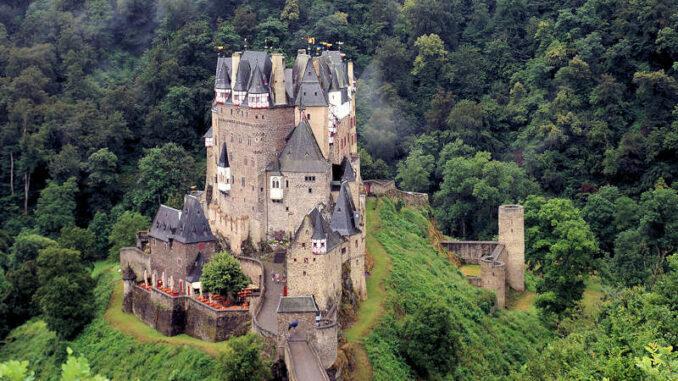 Burg-Eltz_flickr.Heribert-Bechen_31339434875_2fd32429de_800