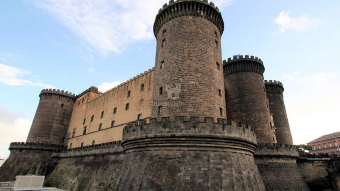 Castel-Nuovo_Neapel_Seitenansicht
