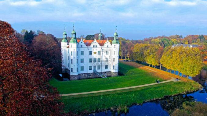 Schloss-Ahrensburg_Luftbild_RaphaelCornwelll