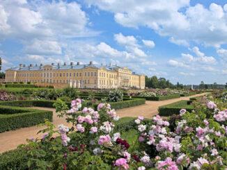 Schlossansicht und Rosengarten © Rundale Palace