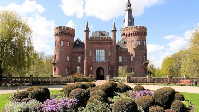 Schloss-Moyland_1586173427-Schlossansicht