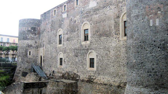Castello-Ursino_Seiteneingang