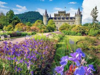Blick zum Schloss durch den Park © Inverary Castle