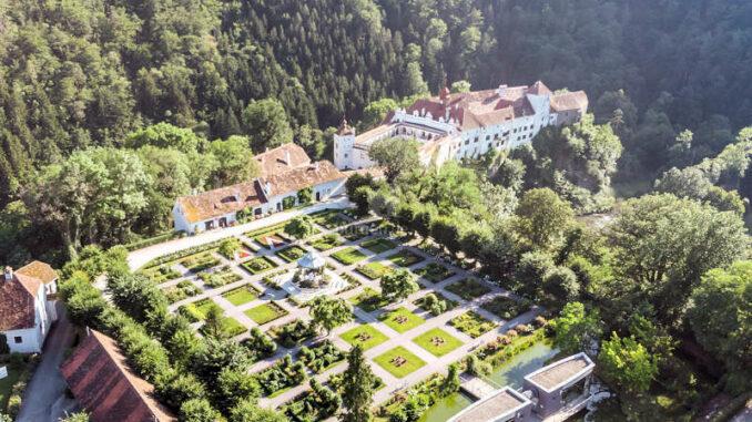 Schloss-Herberstein_1591973710-Luftbild_Garten_c-Herberstein