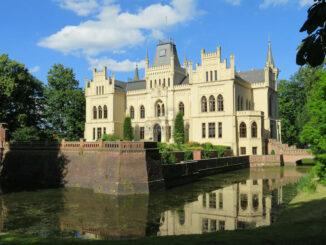 Schlossfront mit Wassergraben © Schloss Evenburg