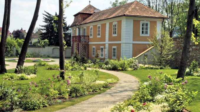 Schloss-Eggenberg_Garten-vor-dem-Suedpavillon_c-Universalmuseum-Joanneum-Jare