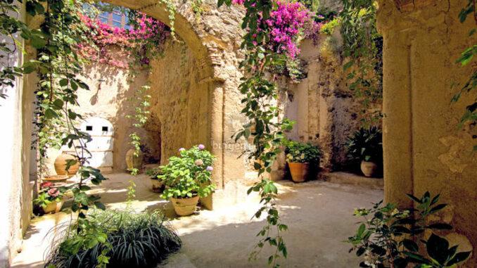 Castello-Aragonese_Innenhof_c-CA