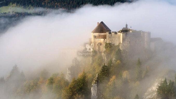 Chateau-de-Joux_im-Nebel_c-Daniel-Trouttet