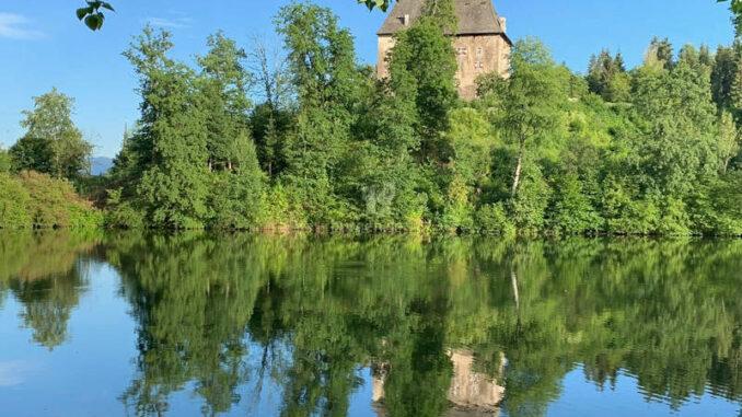 Schloss-Moosburg_Spiegelbild-im-Wasser-001
