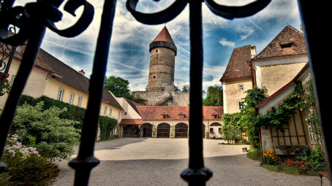 Burg-Clam_Tor_Juerg-Rufer