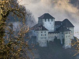 Burg im Nebel © Schattenburgmuseum