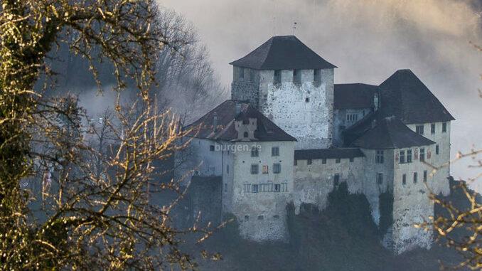 Schattenburg_ueber-dem-Nebel