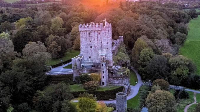 Blarney-Castle_Luftaufnahme-bei-Sonnenuntergang_800