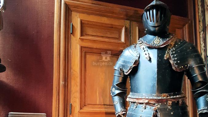 Chateau-de-Bonneval_Ruestung-in-der-Ausstellung_c-Sebastien-Bayle