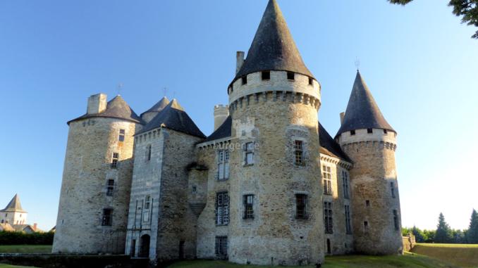 Chateau-de-Bonneval_Vorderseite+Torhaus_c-Sebastien-Bayle