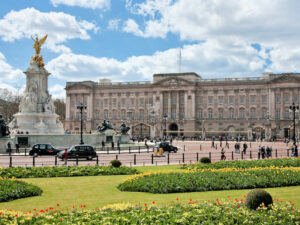 Buckingham Palace, London © Photo by DAVID ILIFF. License: CC BY-SA 3.0