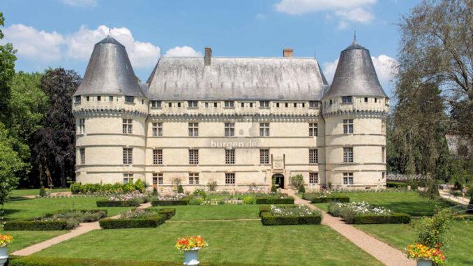 Chateau-de-l-Islette_Hauptfasssade-mit-dem-Wappen-der-Familie-Barjot-de-Roncée-über-dem-Eingang_c_Chateau-de-l-Islette_800