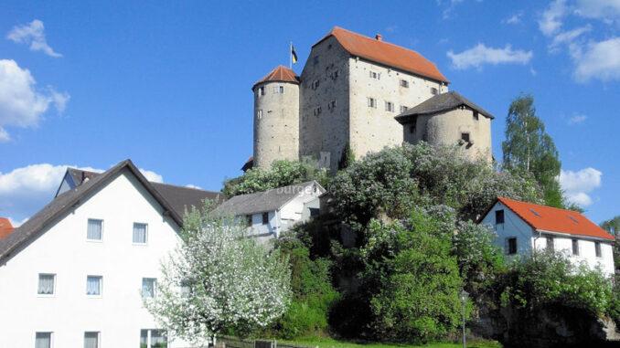 Burg-Wolfsegg_Panorama-im-Frühling_c-Kuratorium-Burg-Wolfsegg_800