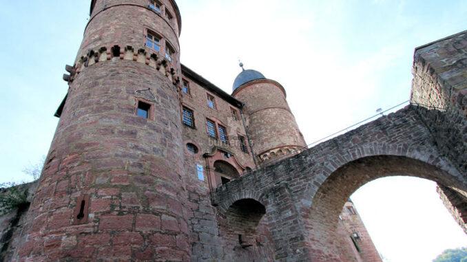 Burg-Wertheim_Torhaus-und-Bruecke
